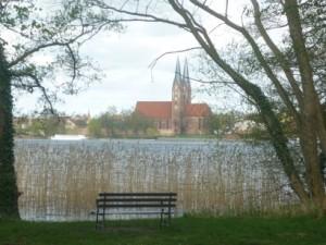 Lindenallee klein Kirche schönP1020547