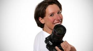 kathi-home-titelportraet-mit-kamera